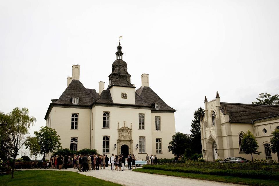 Ein Bild vom weißem Schloss Garton am Niederrhein in Deutschland in der Nähe von Düsseldorf