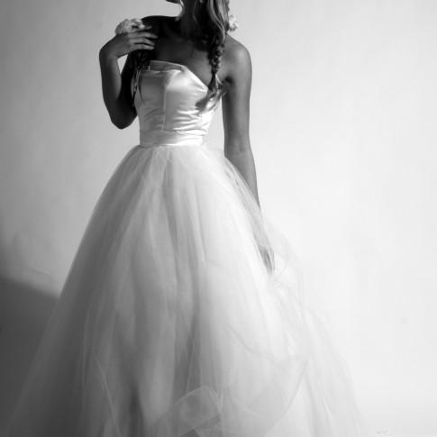 Brautkleid mit Tüll und duchesse und Blüte
