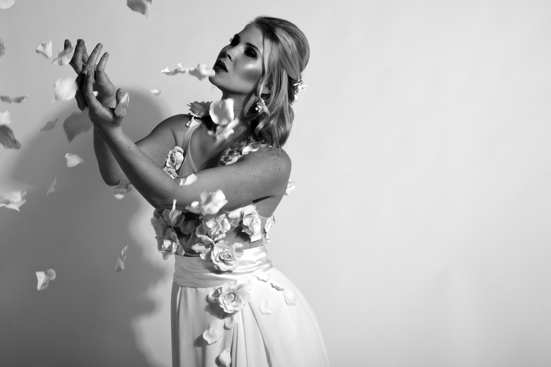Brautkleider Shooting - mit chiffon und ivory duchesse und roten Blüten in creme