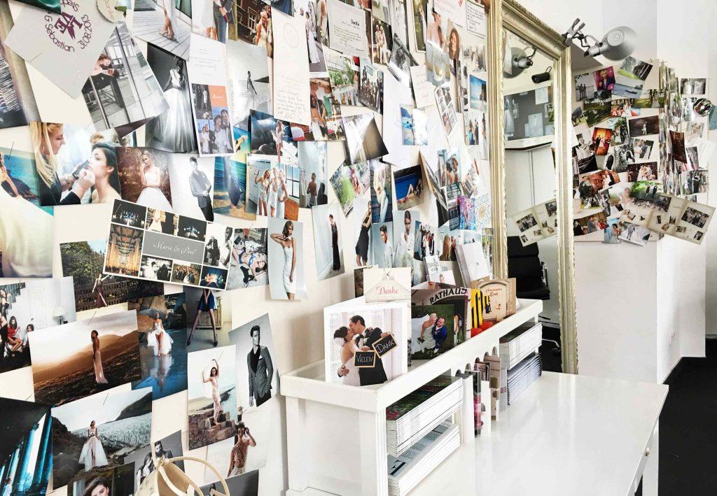 Ein Blick ins Atelier. Wall of Fame mit Kundenbildern Brautmode Brautkleider