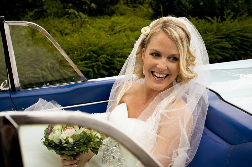 Braut mit Schleier im Auto, Blog Hochzeitsbräuche