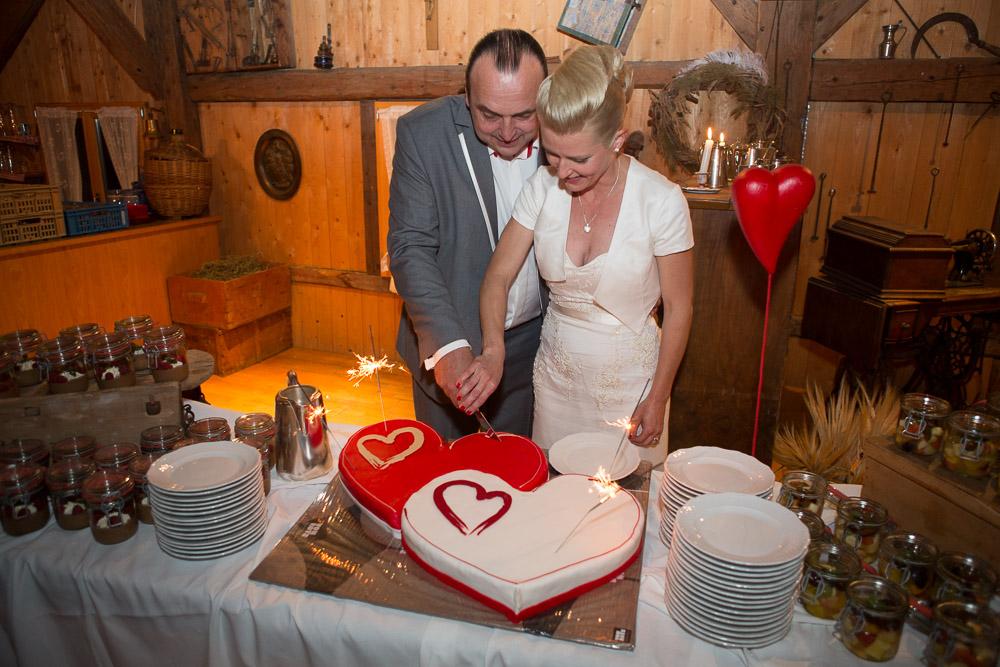 Blog Paar schneidet Torte an, Blog Hochzeitsbräuche