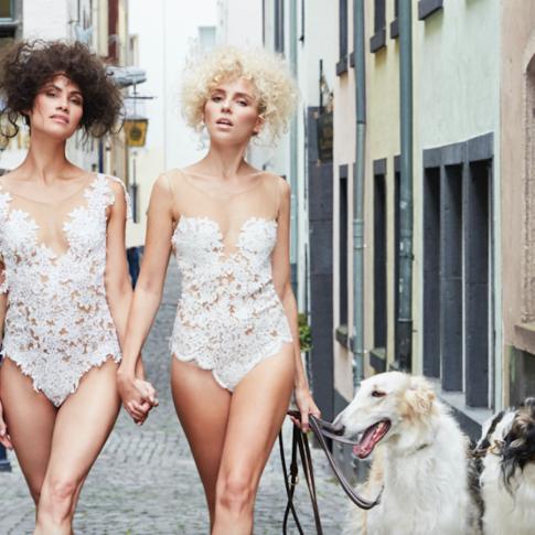 Die zwei Models tragen die Spitzenbodys Dance und Hotness in Köln