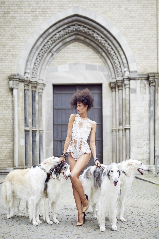 Das Model trägt den Body Grace in Köln. Perfekte Hochzeit. Brautkleid.