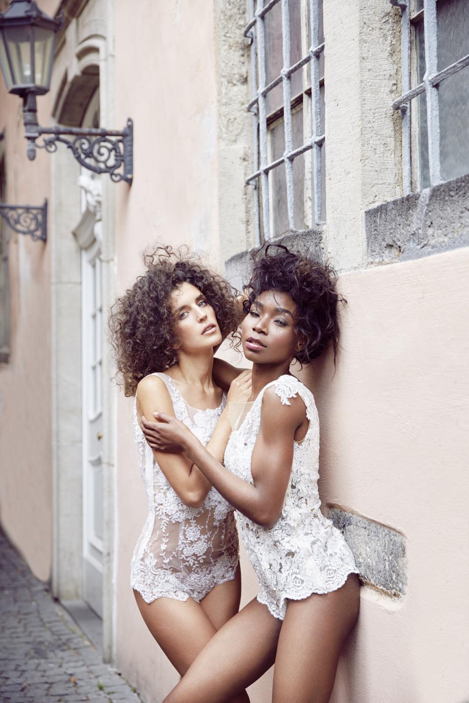 Die Models tragen die Spitzenbodys Sweety und Shine in ivory in Köln. Brautkleid.