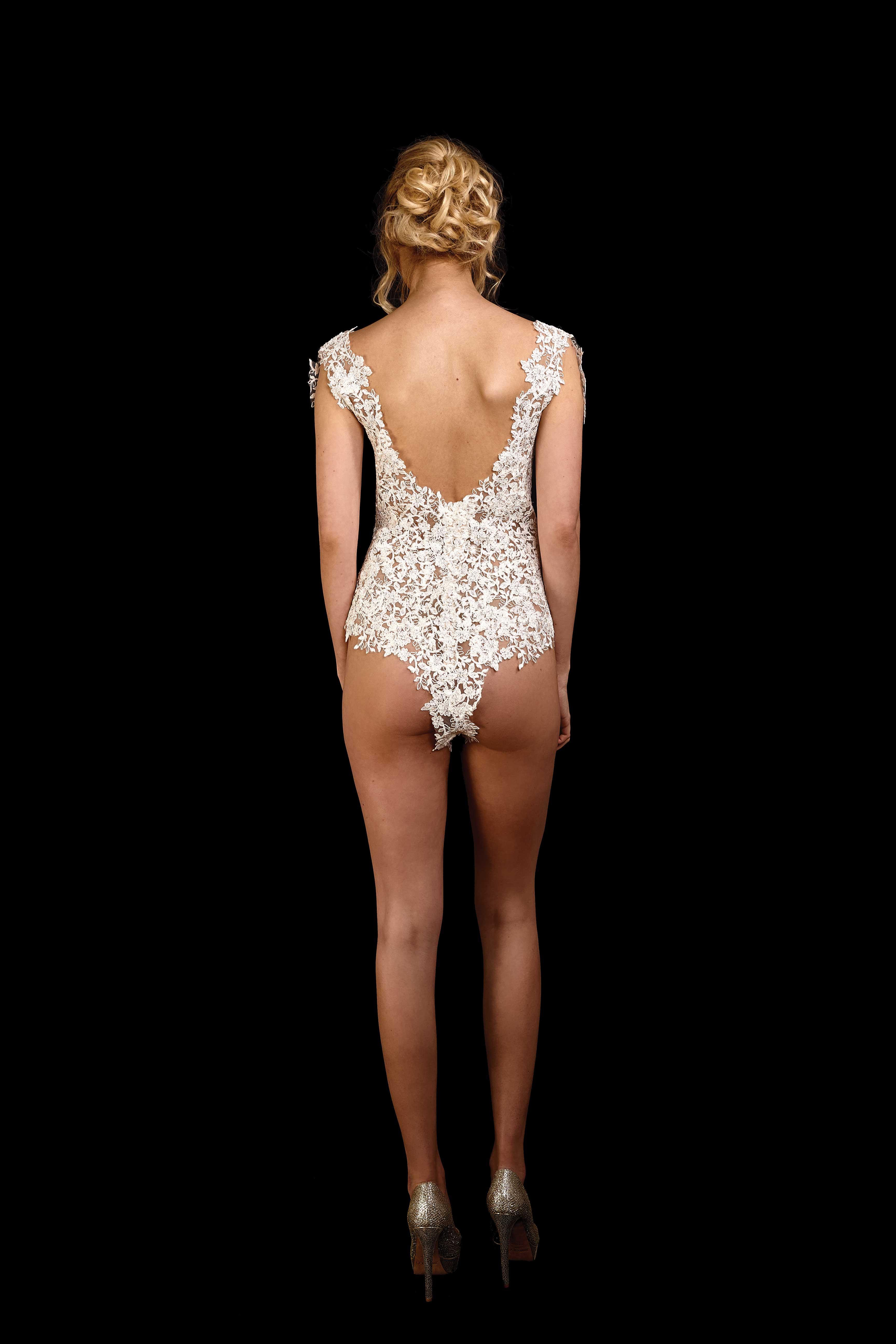 Rückenansicht Body aus Spitze mit tiefem U-Ausschnitt im Rücken in ivory