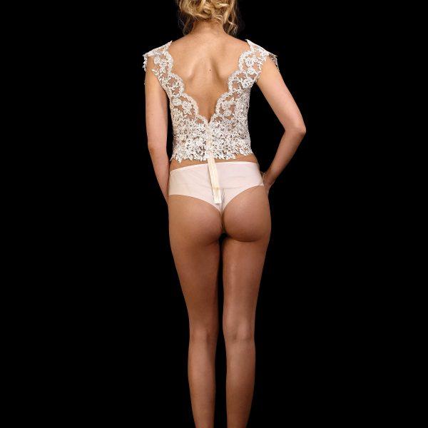 Rückenansicht Body June aus Spitze mit V-Ausschnitt und Flügelchen an den Schultern, transparent am Bauch, Unterteil ohne Spitze