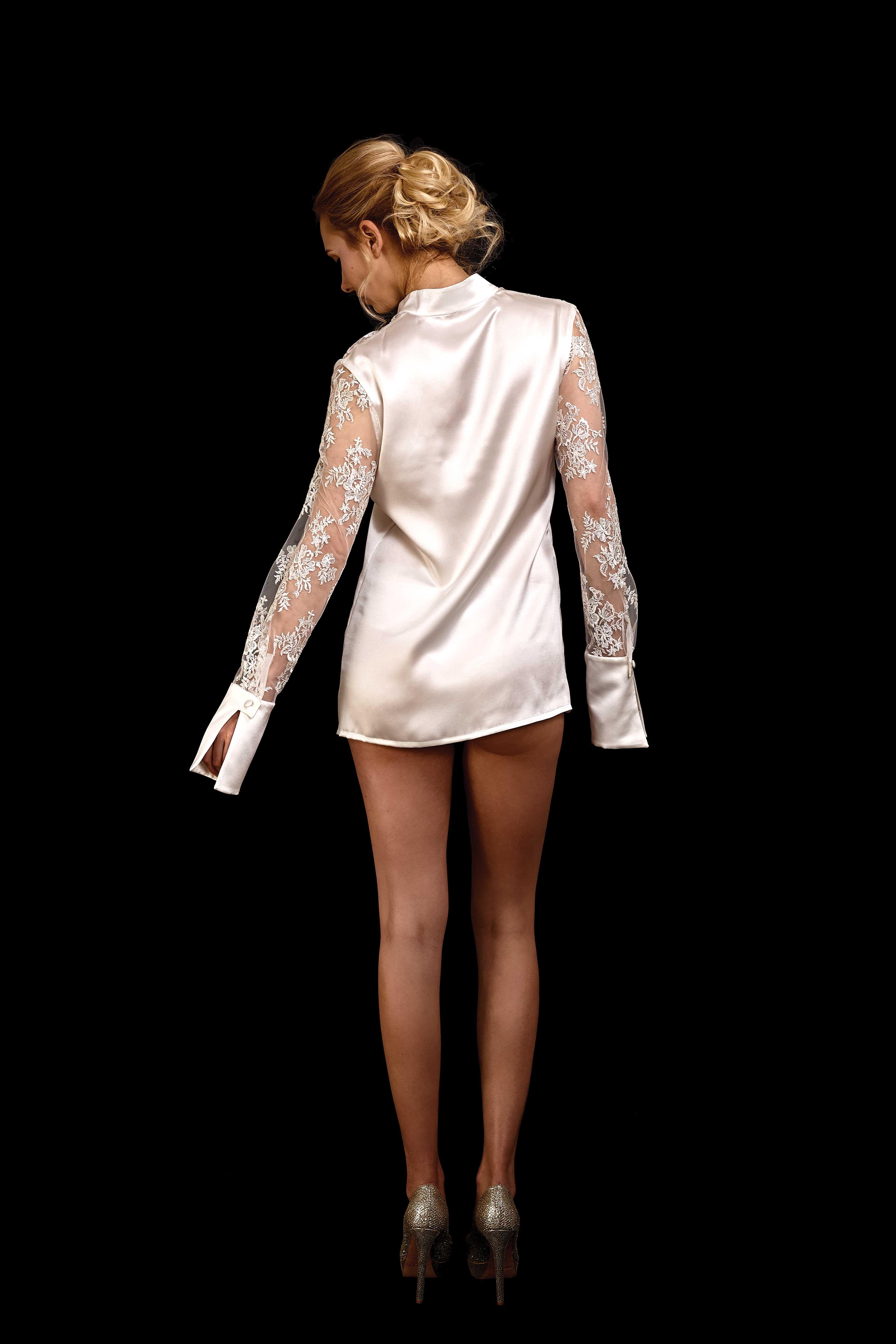 Rückenansicht Body-Bluse aus Seide mit Ärmel und vorderer Passe aus Spitze und kleinem Stehkragen in ivory