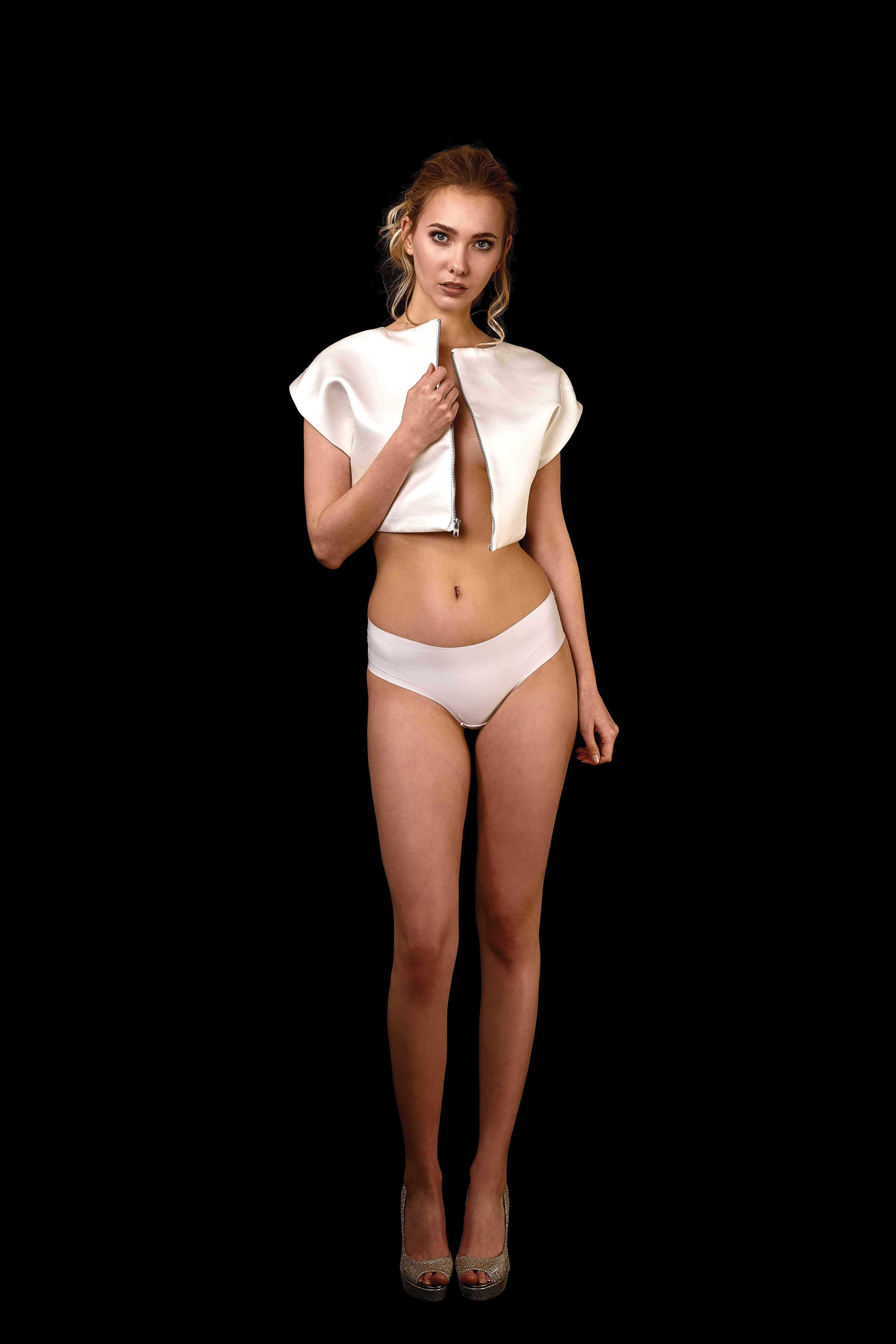 Vorderansicht kurzes Duchesse Top in ivory mit Metall Reißverschluss, kann auch als kurze Jacke genutzt werden