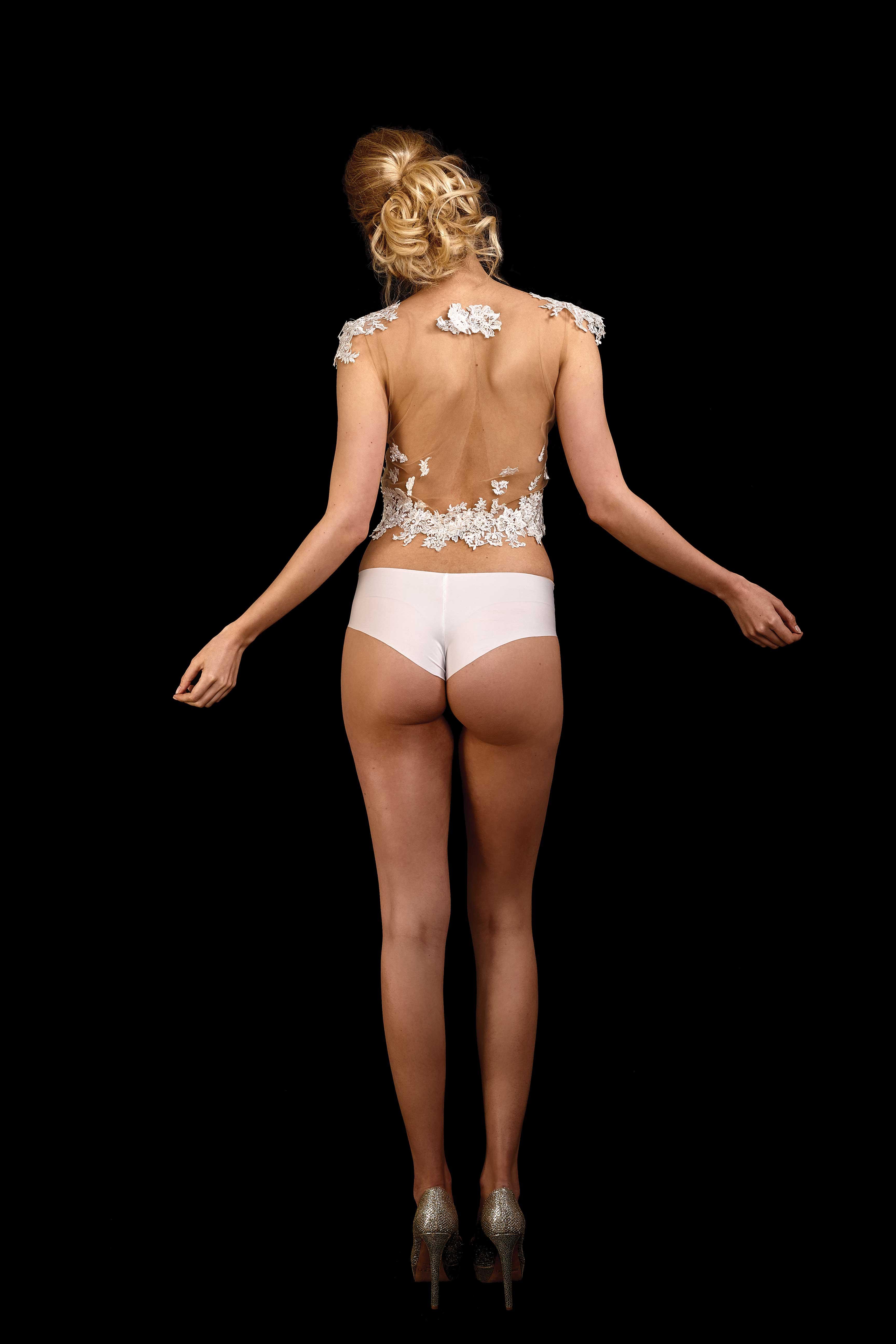 Rückenansicht transparentes Crop Top Milky in ivory aus hautfarbenem Tüll mit Spitze in ivory