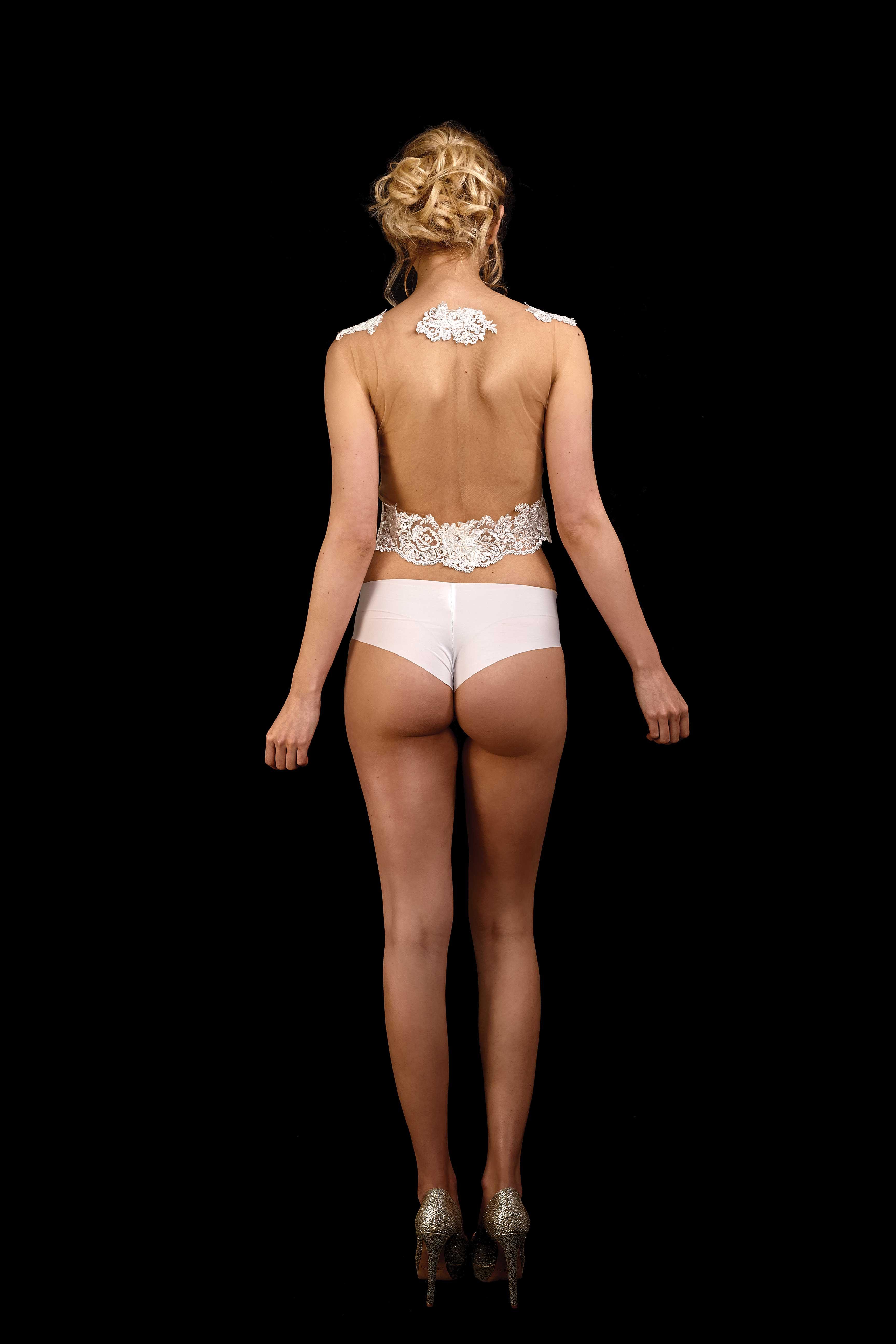Rückenansicht transparentes Crop Top Nox in ivory aus hautfarbenem Tüll mit Spitze und Spitzenborte am Saum in ivory