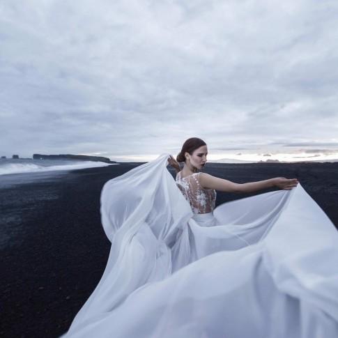 Brautkleid ivory elfenbeinweise spitze. Island Shooting am Strand mit Model Sina. Designer Mode handgefertigt in Düsseldorf. Außergewöhnliche Hochzeitskleider aus Deutschland. Köln