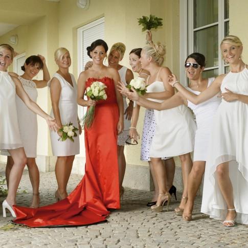 braut in rotem Brautkleid mit Brautjungfern in weiß auf der Hochzeit in rheinberg.