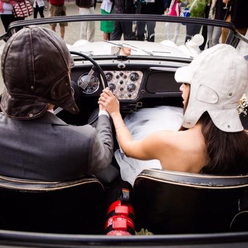 Fahrt zum Standesamt im Cabrio - Hochzeit in Köln - Braut mit Mütze