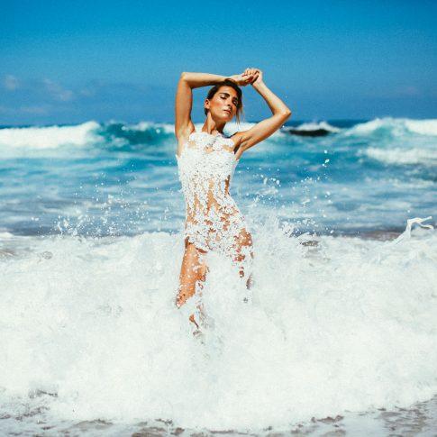 Malia trägt Grace auf Bali