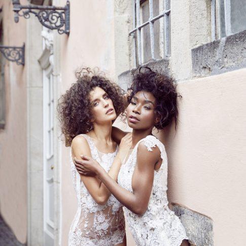Die Models tragen die Spitzenbodys Sweety und Shine in ivory