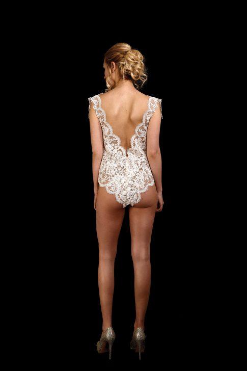 Rückenansicht Body aus Spitze mit tiefem V-Ausschnitt im Rücken in ivory