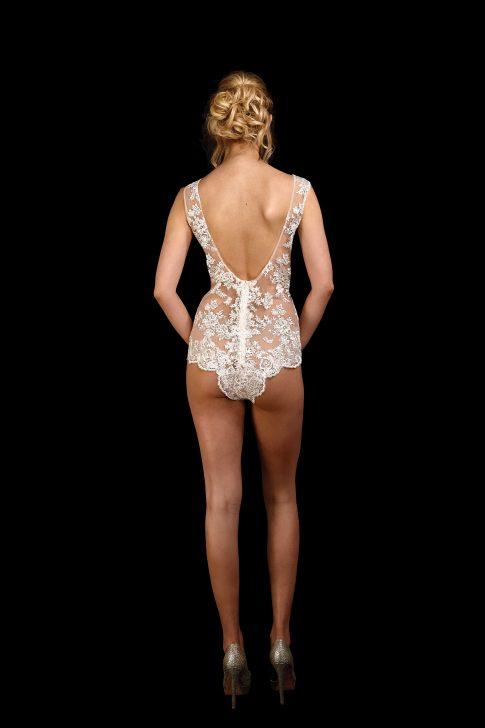 Rückenansicht transparenter Body Ceres aus Spitze mit tiefem runden Rückenausschnitt und Trägern
