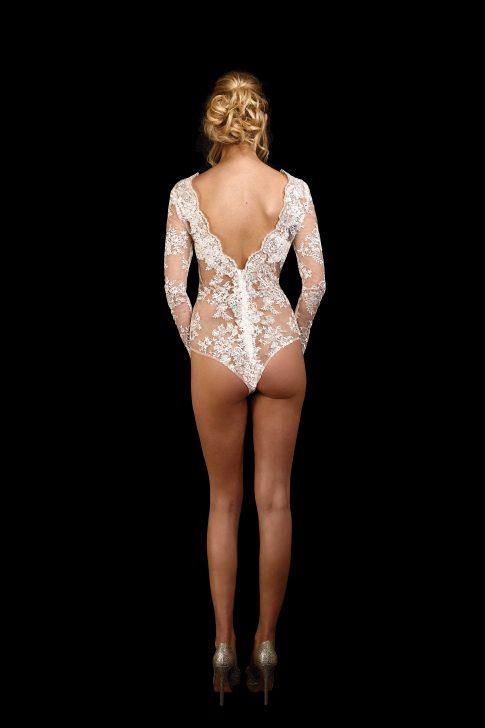 Rückenansicht transparenter Body Eros aus Spitze mit tiefem V-Ausschnitt im Rücken und Ärmeln in ivory