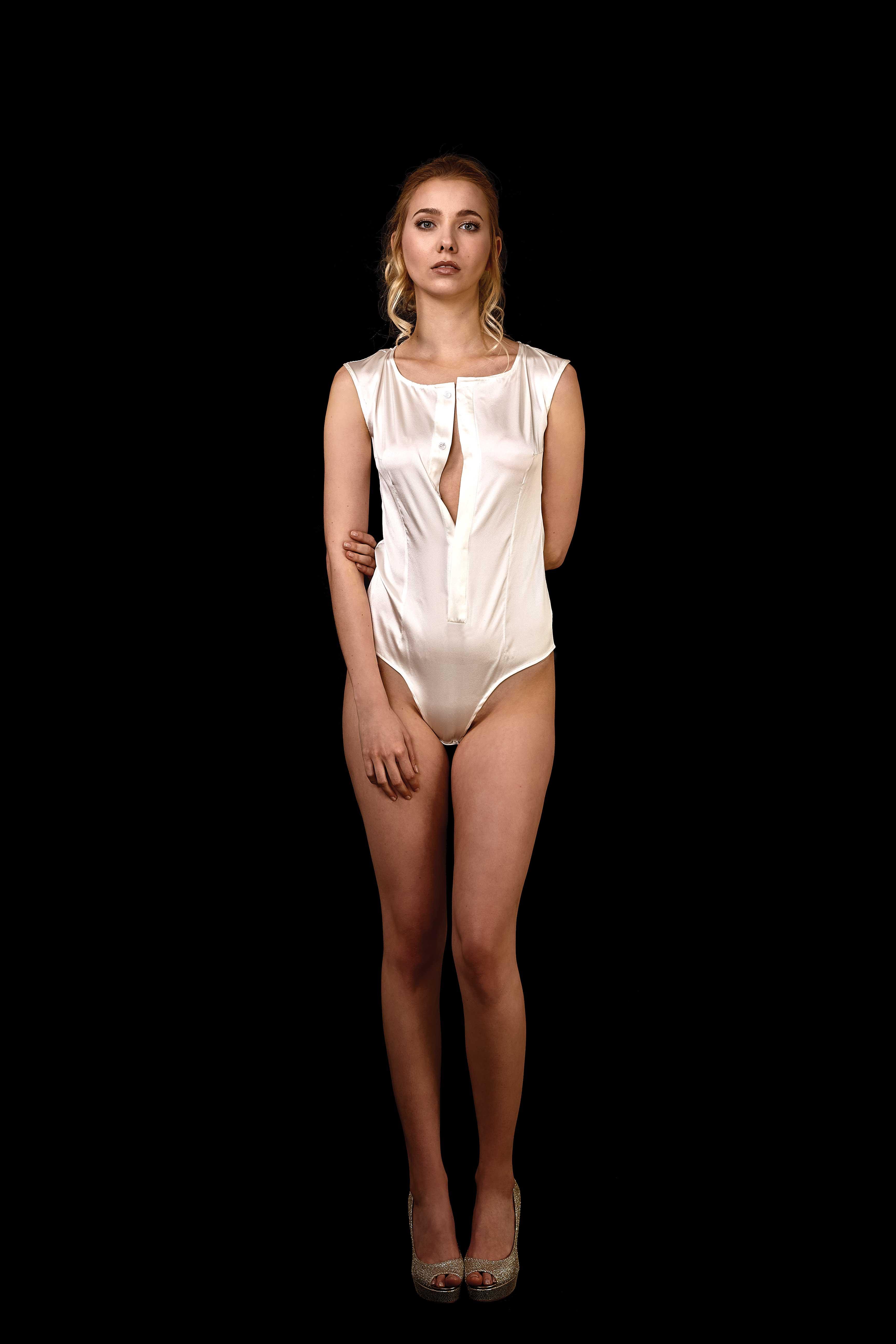 Vorderansicht Body-Bluse aus Seide mit tiefem Ausschnitt ohne Kragen und Ärmel in ivory
