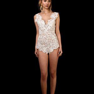 Vorderansicht mit Perlen und Pailletten bestickter Body Lovely 2.0 aus Spitze mit V-Ausschnitt vorne und hinten und breiten Trägern