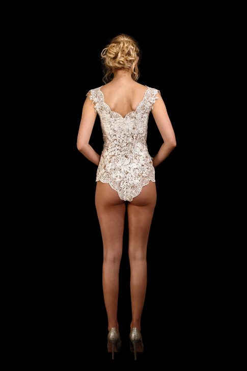 Rückenansicht Body Sweety 2.0 aus Spitze mit V-Ausschnitt in ivory