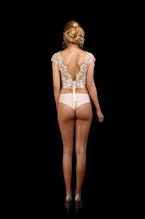 Rückenansicht Body June mit Perlen und Pailletten bestickt, V-Ausschnitt und Flügelchen an den Trägern, transparent am Bauch, Unterteil ohne Spitze
