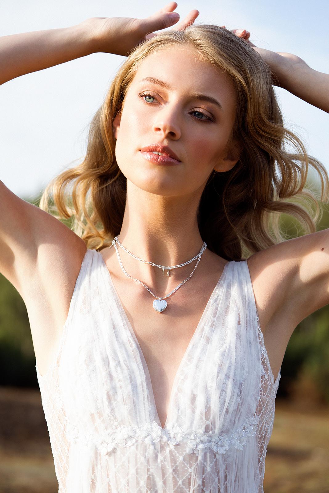 Blonde Frau trägt einen weißen Tüllbody.